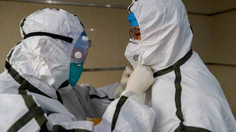 Personal médico se protege para no contagiarse del coronavirus cuyo origen se encuentra en la ciudad china de Wuhan. Foto: EP