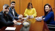 La alcaldesa Noelia Posse (PSOE) con los concejales de Podemos y Más Madrid.