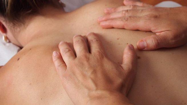 El fisioterapeuta ayuda a relajar los músculos que están ligados a la respiración.