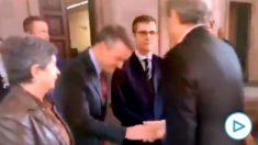 El 'vicepresidente' Redondo rinde vasallaje a Torra con una reverencia que ya es viral en las redes