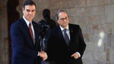 El presidente catalán, Quim Torra, y el presidente del Gobierno, Pedro Sánchez, se saludan hoy jueves en el Palau de la Generalitat. (Foto: Efe)