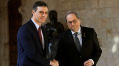 Quim Torra y Pedro Sánchez se saludan en el Palau de la Generalitat. Foto: EFE