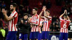 Los jugadores del Atlético de Madrid agradecen el apoyo de la afición tras un partido en el Metropolitano. (AFP)