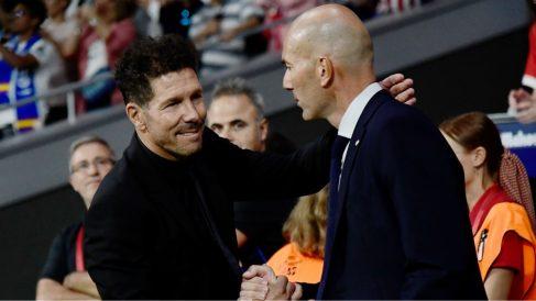 Zidane y Simeone se saludan antes de un derbi. (AFP)