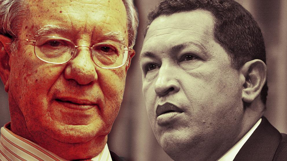 El ex embajador de España en Venezuela Raúl Morodo y el presidente Hugo Chávez, fallecido en 2013.