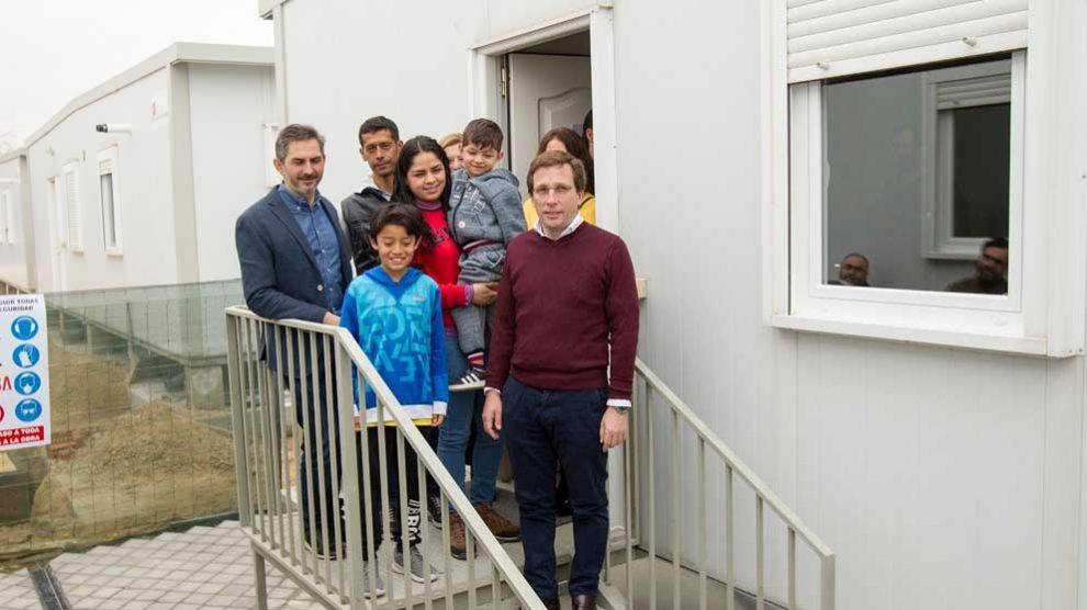 José Luis Martínez-Almeida con un grupo de refugiados. Foto: Europa Press