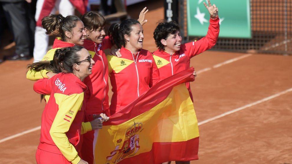 Las representantes de España celebran haberse metido en la final de la Copa Federación. (AFP)