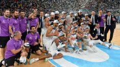 Los jugadores del Real Madrid celebran la Copa del Rey de Baloncesto 2017. (Getty)