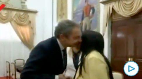 Zapatero saludando a Delcy Rodríguez en el Palacio de Miraflores.