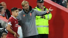 Coutinho da instrucciones a Klopp en un partido con el Liverpool. (AFP)