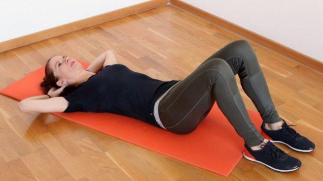 Entre los ejercicios de peso corporal para mantener la espalda fuerte nos centramos en aquellas elevaciones de cadera.