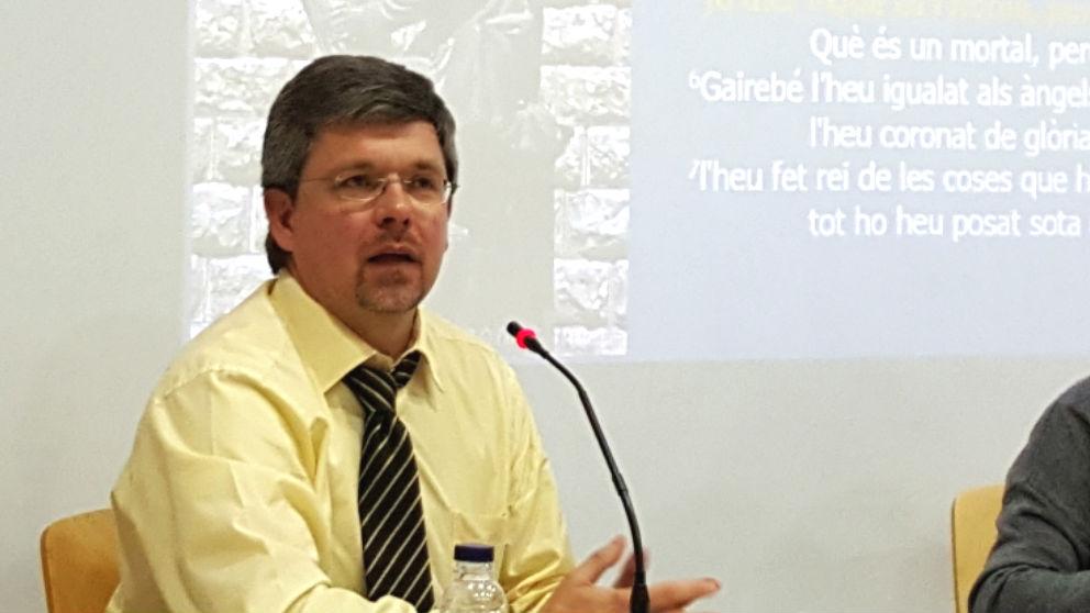 Jordi Castellet, párroco de Calldetenes (Barcelona), durante una conferencia.