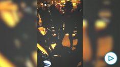 Los violentos CDR agreden a un motorista que quería circular por la Meridiana de Barcelona.