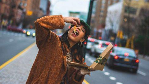 Comer algo que no debes es muy habitual estando a dieta, pero hay que saber evitarlo
