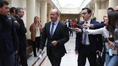 El ministro de Justicia, Juan Carlos Campo, esquivando a la prensa en el Senado. (Foto. PSOE)