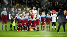 Un grupo de niños del West Ham posan con los capitanes y los árbitros antes de su partido ante el Liverpool (Getty).