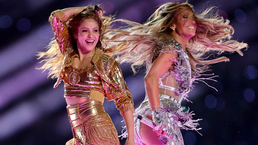 Shakira y JLo, durante su actuación en la Super Bowl. (Getty)