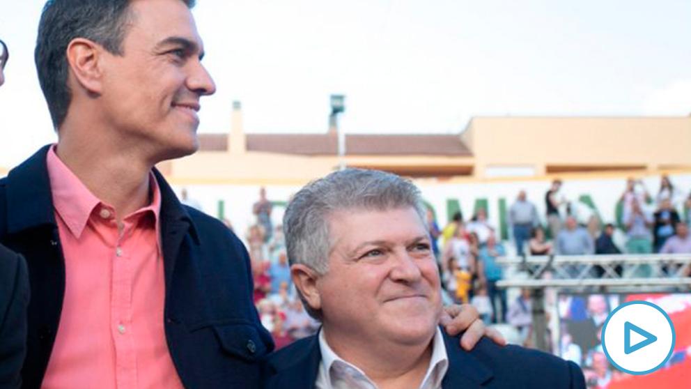 Pedro Sánchez, con José Vélez (d), alcalde de Calasparra. (Foto: PSOE)
