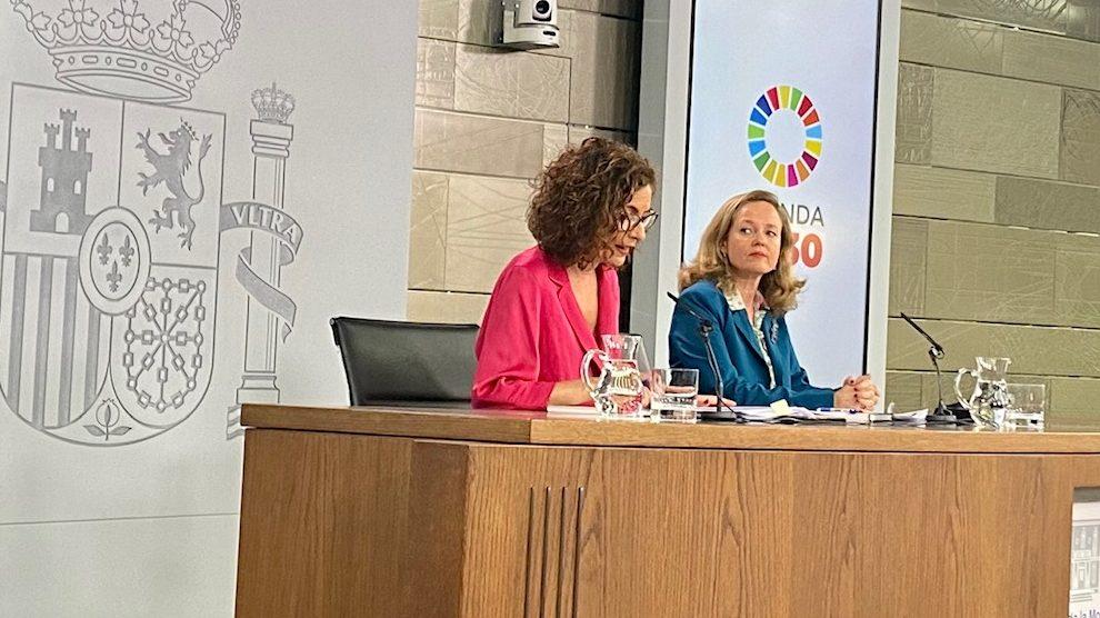 La ministra de Hacienda y portavoz, María Jesús Montero, y la ministra de Economía, Nadia Calviño.