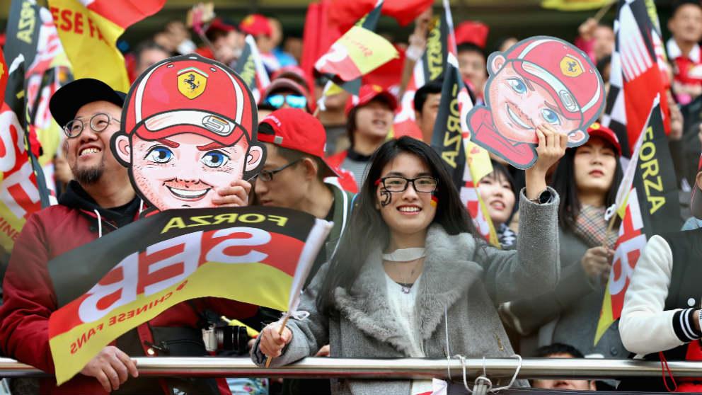 Aficionados chinos con caretas de Vettel en el GP de China de Fórmula 1. (Getty)