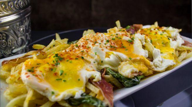 Huevos rotos con setas y jamón ibérico