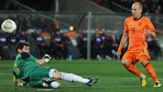 Iker Casillas realiza su mítica parada a Robben en la final del Mundial 2010. (Getty)