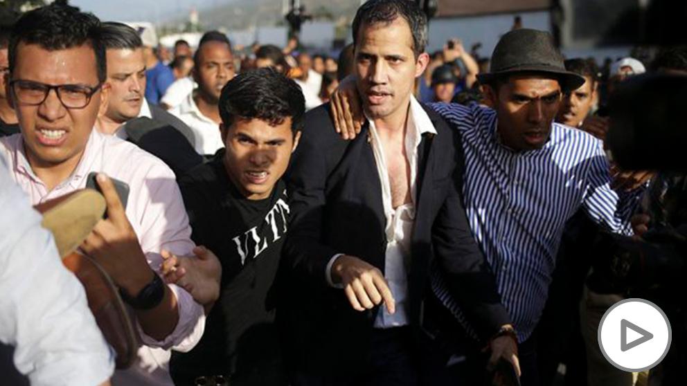 Juan Guaidó, ayer tras la agresión sufrida en el aeropuerto de Maiquetía (Foto: Afp)