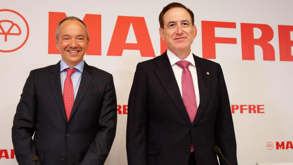 Antonio Huertas (d.) junto al director financiero de Mapfre, Fernando Mata