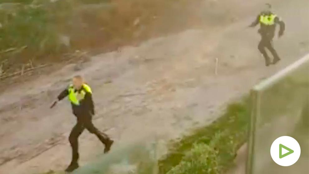 Policías de Marbella persiguiendo a los delincuentes.