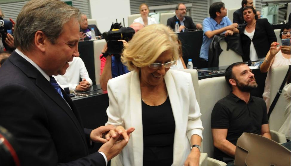 Antonio Miguel Carmona y Manuela Carmena el día de la investidura en 2015. (Foto. Madrid)