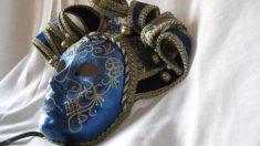 Pasos para decorar una máscara blanca de carnaval