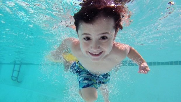 ¿Por qué no tragar agua en piscinas?