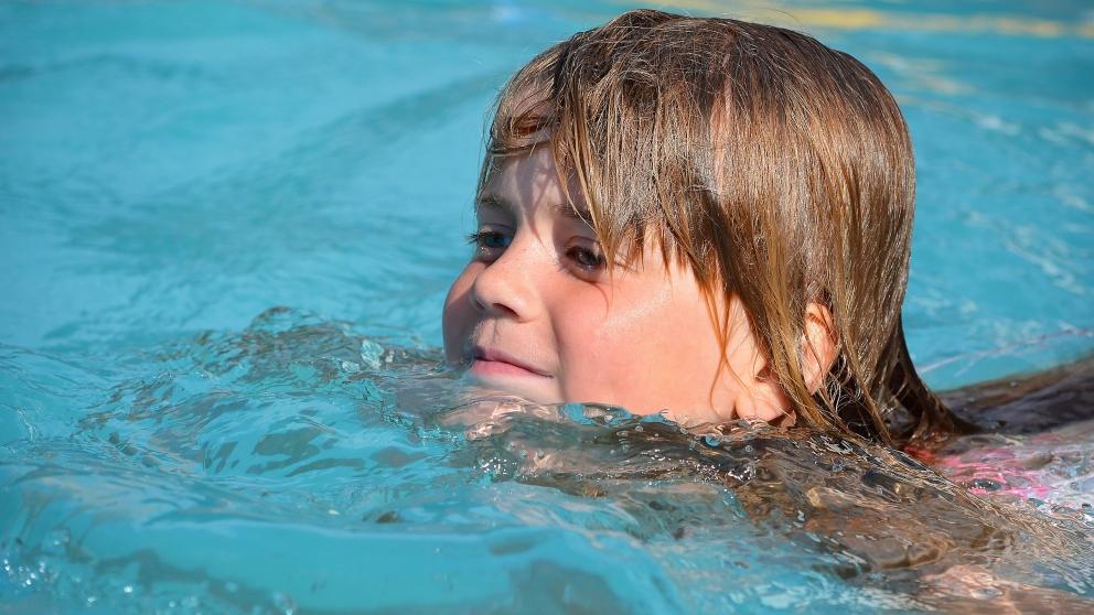 Riesgos de tragar agua en piscinas