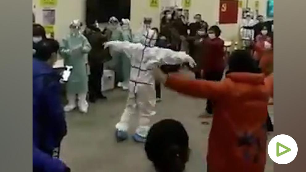 Hospital chino da clases de baile para mantener en forma a los afectados del coronavirus.