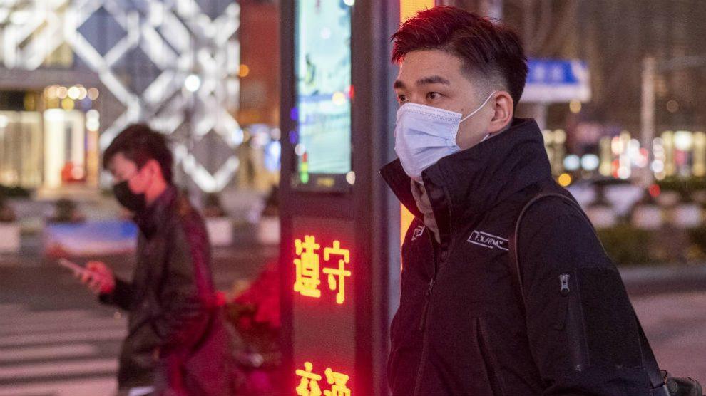 Personas con mascarilla en Shanghai