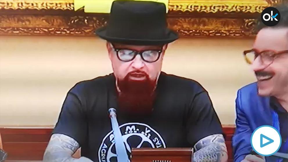 El vocalista César Strawberry, condenado por el Supremo, hablando en el Congreso de los Diputados.
