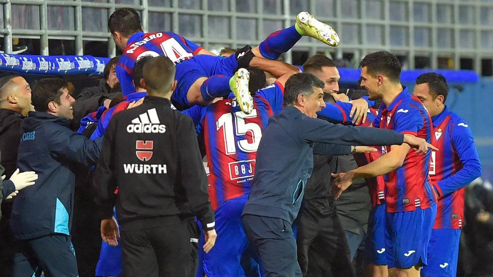 Los jugadores del Eibar celebran un gol en Ipurua. (AFP)