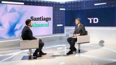El líder de Vox, Santiago Abascal, siendo entrevistado por Carlos Franganillo en el Telediario 2 de TVE.