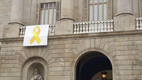 Una pancarta con un lazo amarillo en el Ayuntamiento de Barcelona
