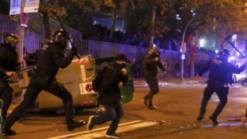 Mossos cargando en los alrededores del Camp Nou.