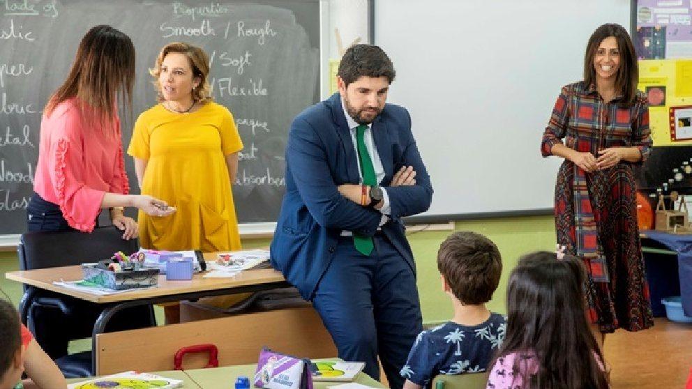El presidente de la Región de Murcia, Fernando López Miras, durante una visita a un colegio. Foto: EP