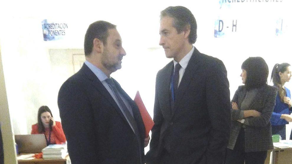 José Luis Ábalos esta mañana con su antecesor en el Ministerio de Fomento, Íñigo de la Serna.