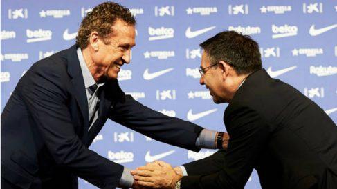 Valdano saluda a Bartomeu en el Camp Nou.