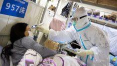 Personal médico atiende a un paciente infectado con coronavirus en un hospital de Wuhan. foto: AFP