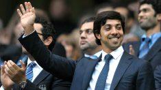 El jeque del Manchester City saluda desde el palco.