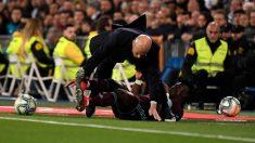Joseph Aidoo choca con Zinedine Zidane. (AFP)