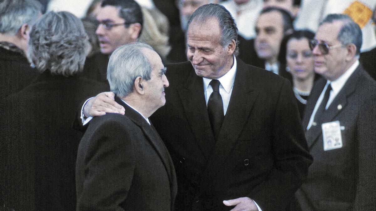 Fernando Morán con el Rey Juan Carlos en el entierro de Doña María de las Mercedes