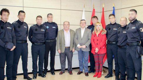 El alcalde de Arganda del Rey junto a los seis nuevos policías locales.
