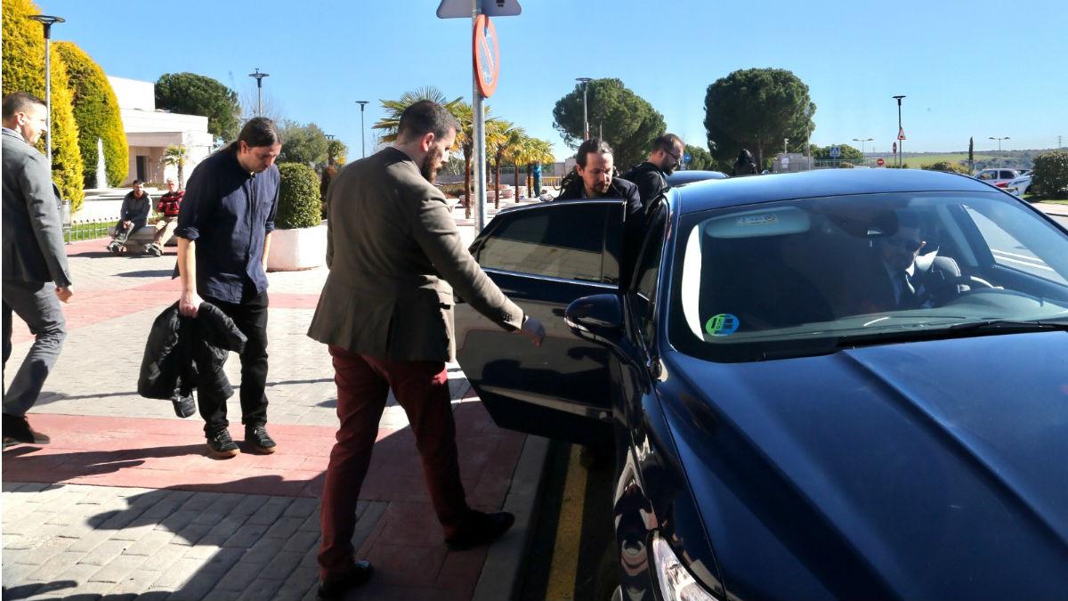 El vicepresidente segundo del Gobierno, Pablo Iglesias, subiendo a un coche oficial. (Foto: Juanjo Sacristán)