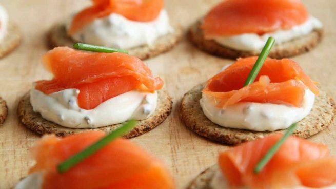 Canapés de salmón con queso crema y miel